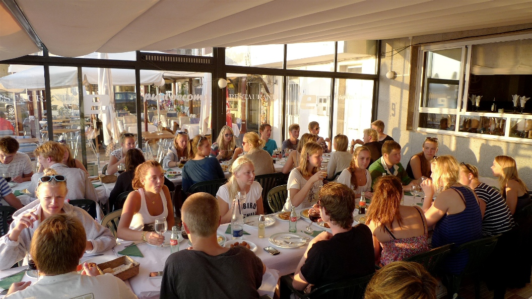 Alumnas e alumnos suecos comendo no Paseo Carlos Casares de Panxón